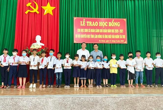 Hội Khuyến học tỉnh Lâm Đồng tro học bổng cho học sinh nghèo