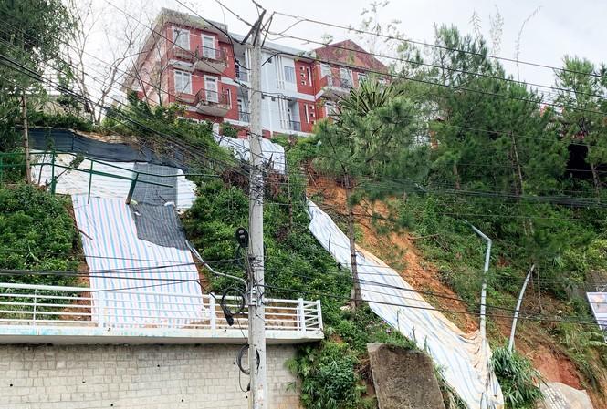 Che bạt để hạn chế bớt tình trạng sạt lở ở chung cư Khe Sanh