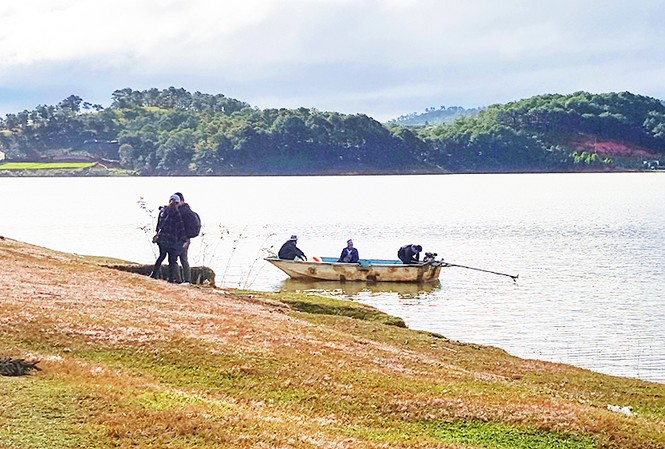 """Du khách mạo hiểm đi thuyền """"chui"""" trên hồ Đan Kia - Suối Vàng"""