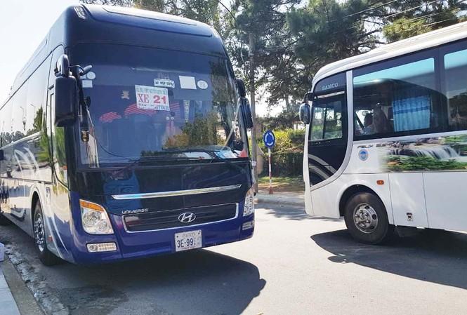 Các xe biển số nước ngoài vận chuyển du khách tại Lâm Đồng
