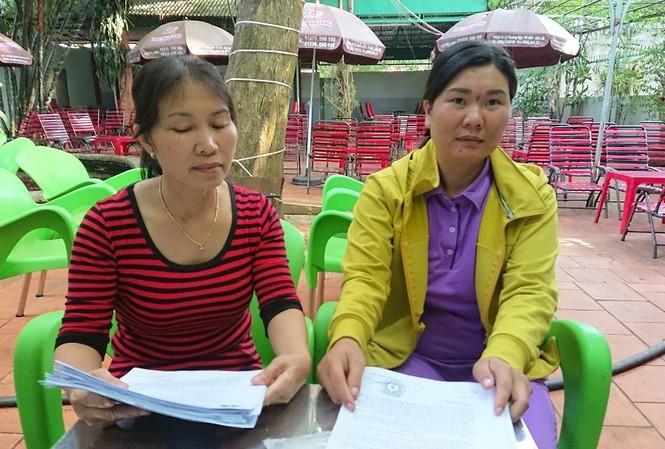 """Chị H (phải). và mẹ của ông H. phản ánh chiến sĩ trại tạm giam """"xù nợ"""""""