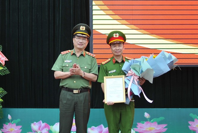 Thứ trưởng Nguyễn Văn Thành trao quyết định cho Đại tá Phạm Minh Thắng (bên phải)