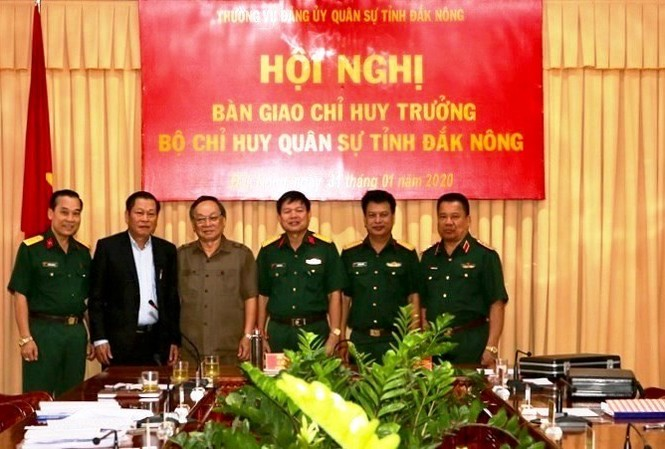 Tân Chỉ huy trưởng Quân sự Bộ chỉ huy Quân sự tỉnh Đắk Nông Thượng tá Đinh Hồng Tiếng (thứ 2 từ phải qua)