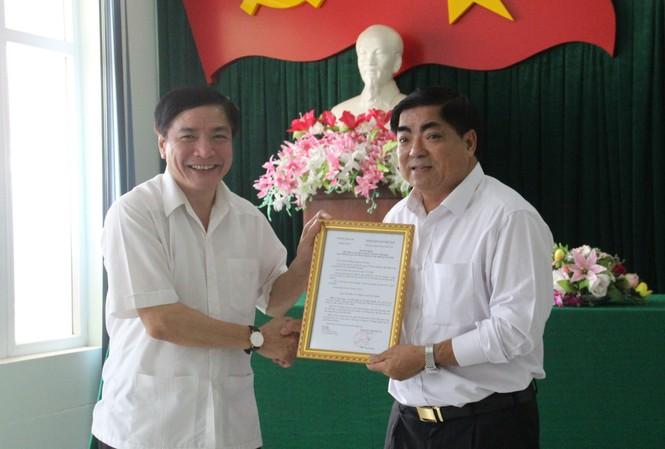 Ông Bùi Văn Cường (bên trái) trao quyết định cho ông Võ Ngọc Tuyên giữ chức vụ Bí thư Huyện ủy Lắk