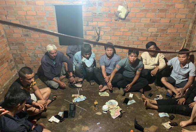 Nhóm tổ chức đánh bạc trong rẫy bị bắt quả tang