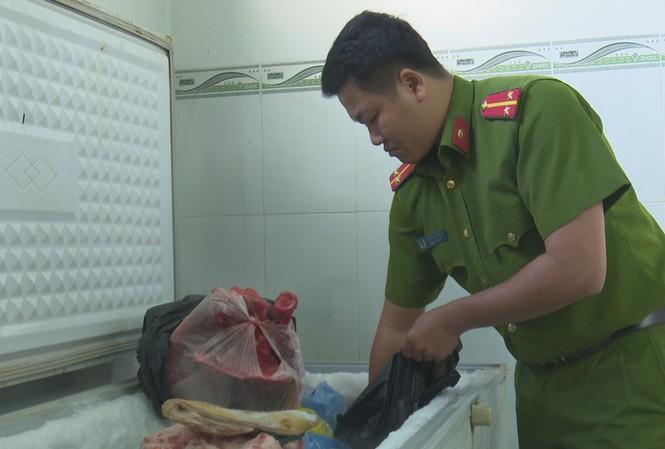 Công an kiểm tra cơ sở hô biến thịt heo thành thịt bò