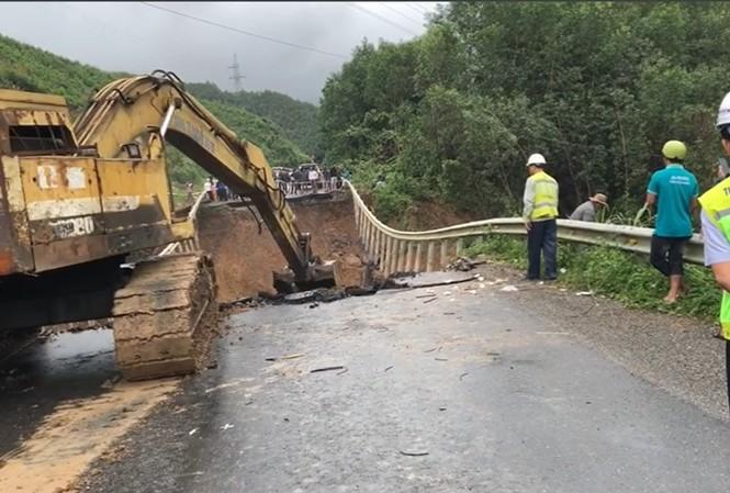 Huy động người và phương tiện khắc phục nối Quốc lộ 26 bị đứt làm đôi
