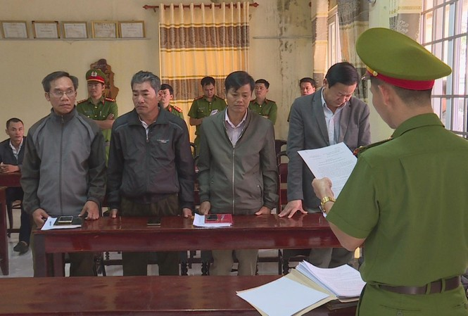 Công an đọc lệnh bắt tạm giam 4 lãnh đạo Cty Ea Kar