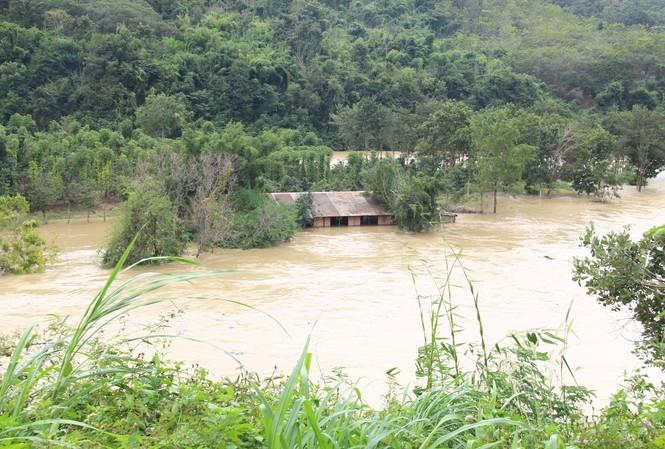 Thủy điện Buôn Kuốp xả nước ồ ạt khiến cho nhiều tài sản của người dân bi nhấn chìm trong nước
