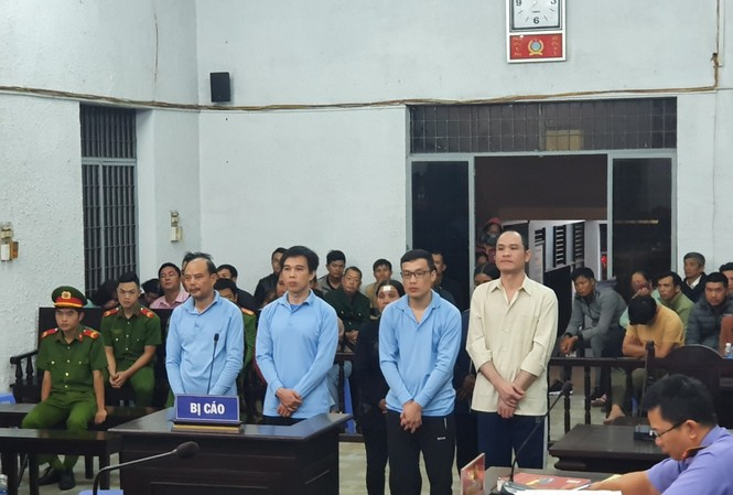 Các bị cáo nghe HĐXX TAND tỉnh Đắk Lắk tuyên án
