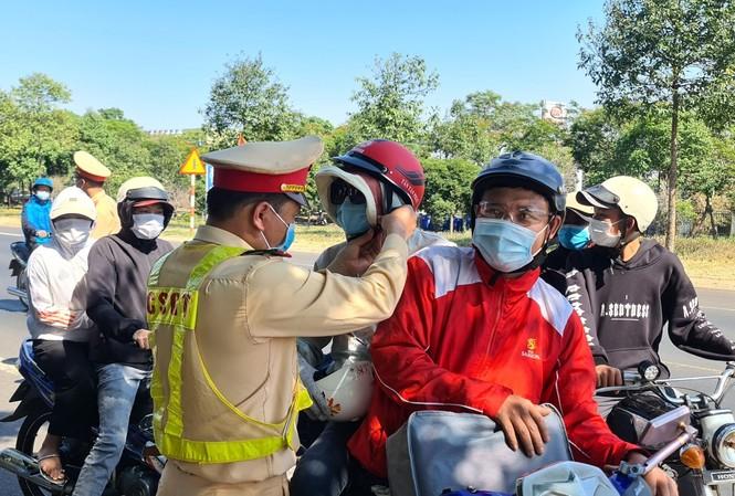 CSGT Công an tỉnh Đắk Nông đổi mũ bảo hiểm mới cho người tham gia giao thông