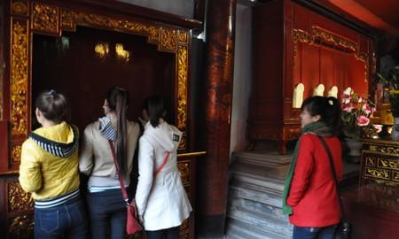 Nhiều bạn trẻ nghĩ những giá để đồ ở Văn Miếu là bảng vàng (Ảnh:Văn Chung).
