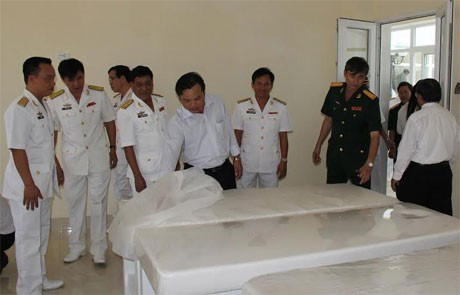 Các đại biểu tham quan phòng massage của trung tâm