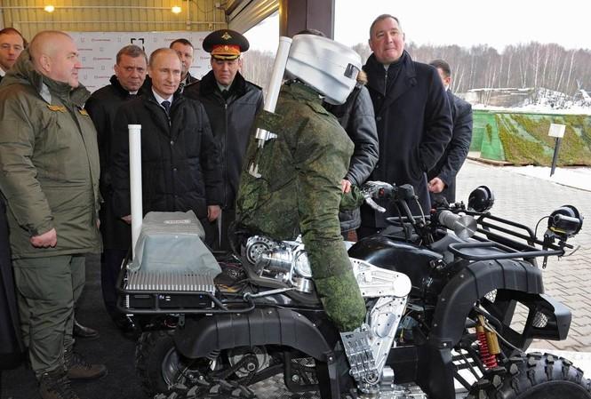 Tổng thống Nga Vladimir Putin trong chuyến thăm Viện Tochmash.