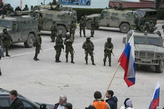 """Nhiều tay súng vũ trang """"không xác định được danh tính"""" chiếm giữ trụ sở chính quyền Crimea hồi tháng 3/2014. Ảnh: RT"""