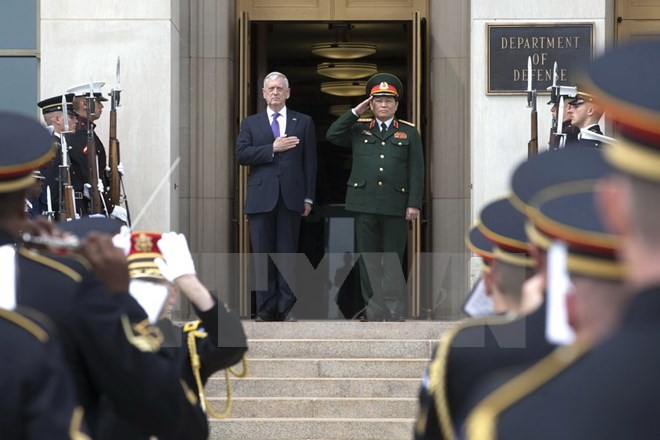 Bộ trưởng Quốc phòng Ngô Xuân Lịch (thứ hai, trái) và Bộ trưởng Quốc phòng Mỹ James Mattis (trái) tại lễ đón ở Arlington, bang Virginia, Mỹ ngày 8/8. (Nguồn: EPA/TTXVN)