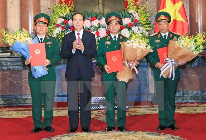 Chủ tịch nước Trần Đại Quang trao Quyết định thăng quân hàm cho ba sỹ quan cao cấp. (Ảnh: Nhan Sáng/TTXVN)