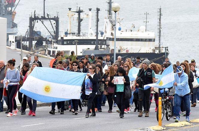 Thân nhân thủy thủ đoàn tàu ARA San Juan tuần hành hôm 3/12. Ảnh: Reuters