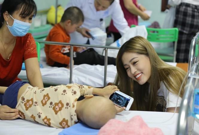 Á hậu 1 Hoa hậu Việt Nam 2018 Bùi Phương Nga vui đùa cùng một bệnh nhi đang điều trị tại Trung tâm Ung thư huyết học nhi khoa