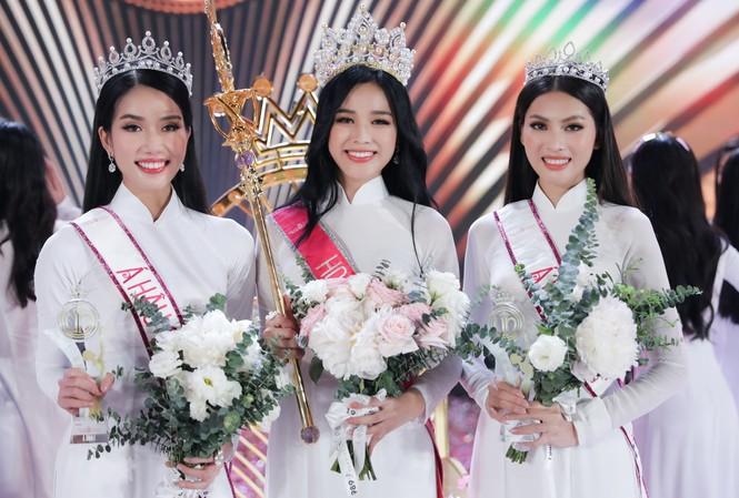 Hoa hậu Đỗ Thị Hà cùng hai Á hậu Phạm Ngọc Phương Anh và Nguyễn Lê Ngọc Thảo trong giờ phút đăng quang Hoa hậu Việt Nam năm 2020.