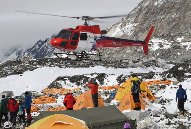 Máy bay trực thăng cứu hộ hàng trăm người đang bị mắc kẹt tại đỉnh Everest