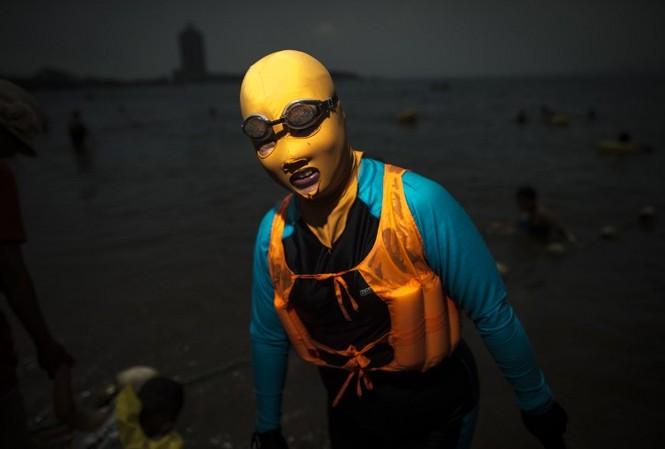 Tại đây, người dân thường xuyên ra biển cùng mặt nạ bảo vệ da có tên Facekini, trùm kín đầu chỉ để lộ ra phần mắt, mồm và có chỗ khoét lỗ ở mũi để thở.