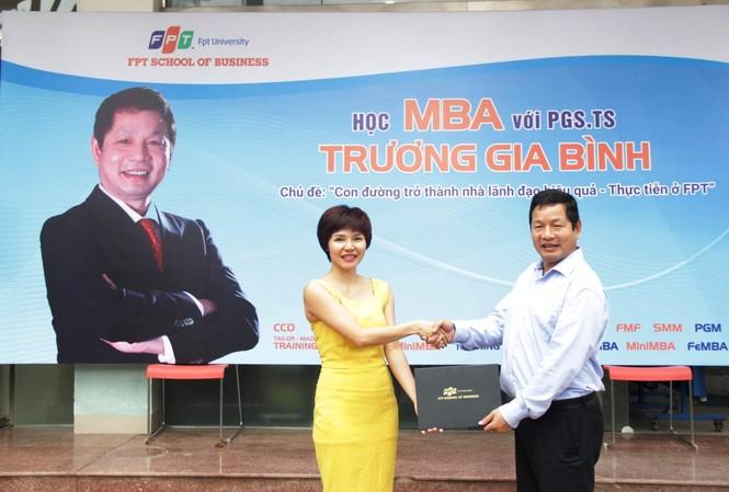 Chủ tịch Tập đoàn FPT Trương Gia Bình trực tiếp trao học bổng và giảng dạy buổi đầu tiên về kỹ năng Lãnh đạo cho học viên thạc sỹ Quản trị Kinh doanh FeMBA