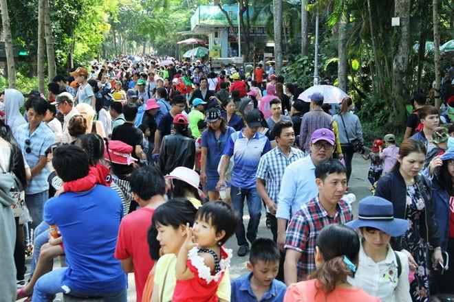 Nghỉ Tết Dương lịch, hàng ngàn người dân TP.HCM và các tỉnh lân cận đổ về các khu vui chơi trên địa bàn TP. Tại Thảo Cầm Viên Sài Gòn (quận 1), lượng khách đổ về đây rất đông