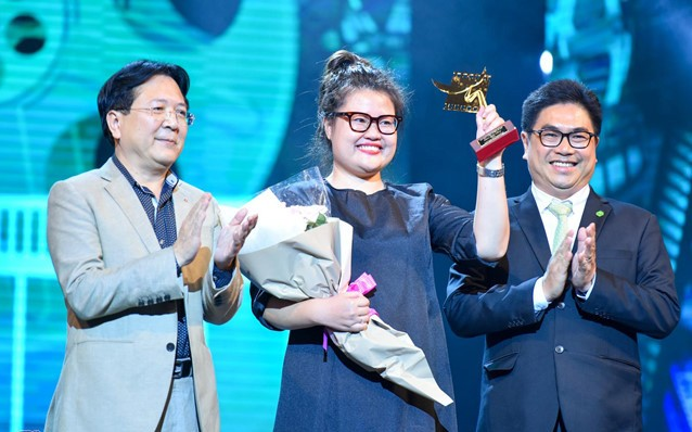 Thứ trưởng Bộ Văn hóa Thể thao Du lịch Vương Duy Biên trao giải Cánh diều vàng cho phim điện ảnh Cô Ba Sài Gòn. Ảnh: Zing