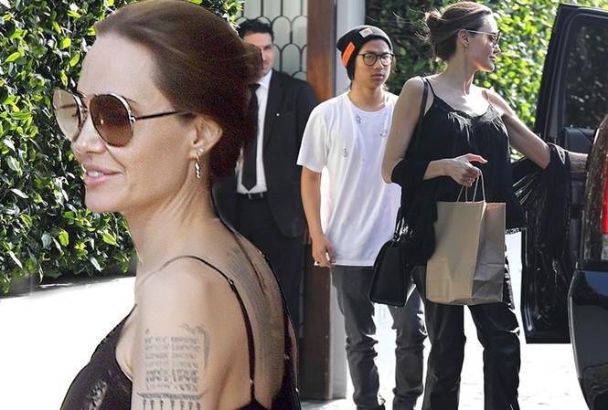 Angelina Jolie mặc áo 2 dây trẻ trung, khoe loạt hình xăm ở lưng
