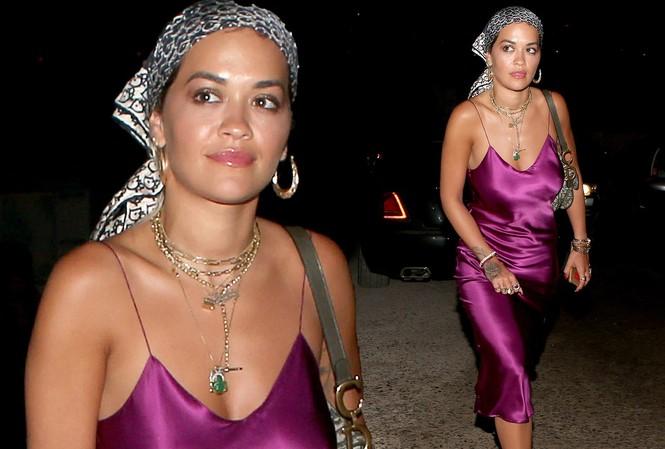 Cô được nhìn thấy đi ăn tối hôm 8/8 với váy lụa 2 dây mỏng tang, không áo ngực khiến fan 'hốt hoảng'.