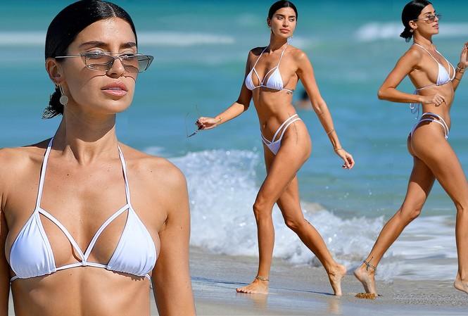 'Mỹ nhân nóng bỏng nhất Canada' mặc bikini bé xíu phô đường cong tuyệt mỹ