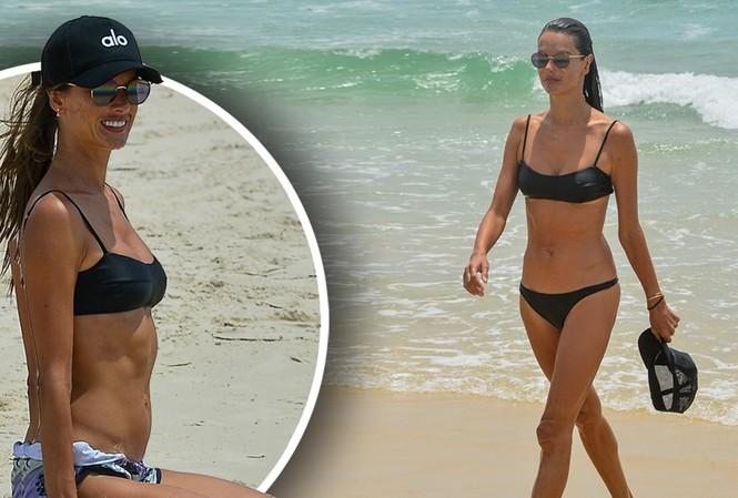 Alessandra Ambrosio đẹp như tạc tượng với bikini ở biển