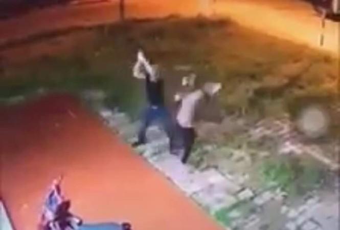 Người phụ nữ bị hàng xóm chém gần đứt lìa 2 cánh tay