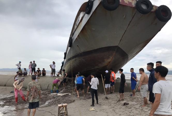 Vào đêm 1/8, khi chạy vào bờ tránh trú bão, tàu khách Hoàng Vi 1 ở Quan Lạn (Quảng Ninh), đã... leo lên đê bao của một dự án lấn biển.