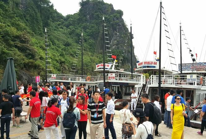 Vịnh Hạ Long: Phí liên tục tăng 'ngất ngưởng', chất lượng dịch vụ 'giậm chân'