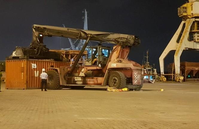 Công nhân tử vong dưới bánh xe nâng ở cảng Chùa Vẽ