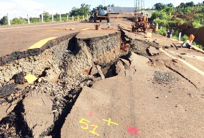 Hiện trường tuyến đường tránh Chư Sê bị hỏng nghiêm trọng