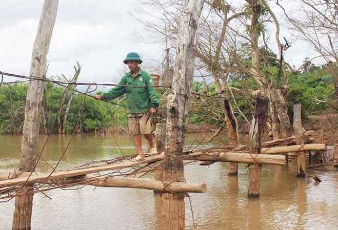 Cầu treo làng Hde đang được làm lại. Ảnh Nguyễn Tú.