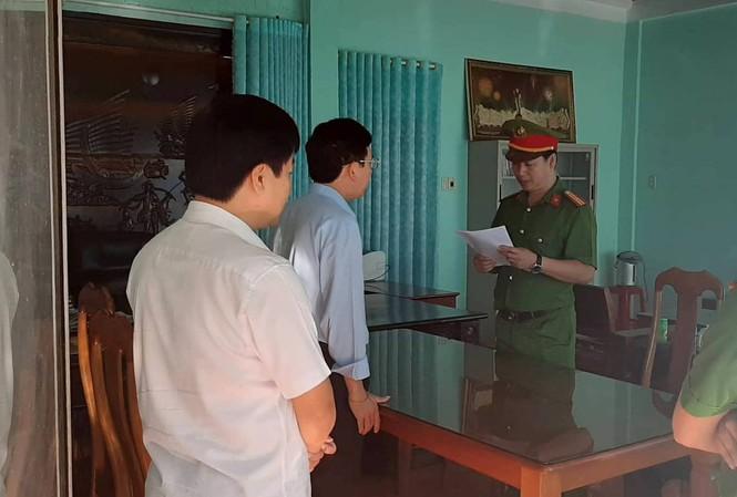Công an đọc lệnh bắt ông Nguyễn Hồng Lam (đeo kính).