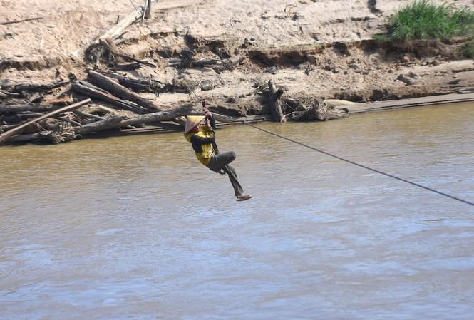 Người dân xã ĐắK Nông liều mình đu dây qua sông để thu nông sản