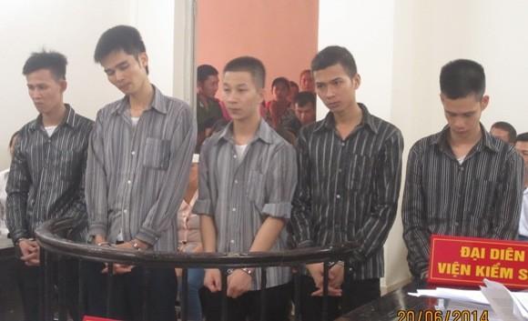 Hung thủ sát hại nhân viên quán massage Bùi Văn Đồng (thứ hai, bên trái) cùng các bị cáo liên quan tại phiên tòa