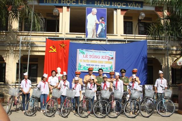 Đại diện đoàn thanh niên của Công an Hà Nội tặng xe đạp cho các em học sinh nghèo vượt khó