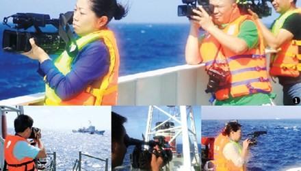 Các phóng viên tác nghiệp tại thực địa khu vực giàn khoan 981