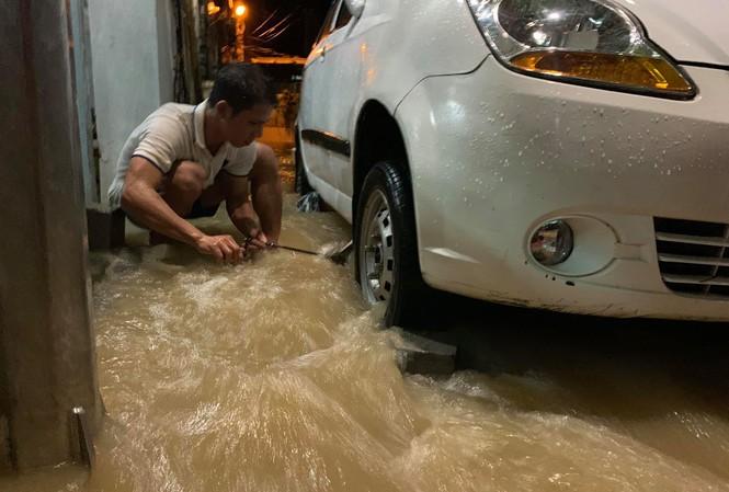 Nha Trang ngập nhiều nơi, dân thao thức không ngủ để canh lũ
