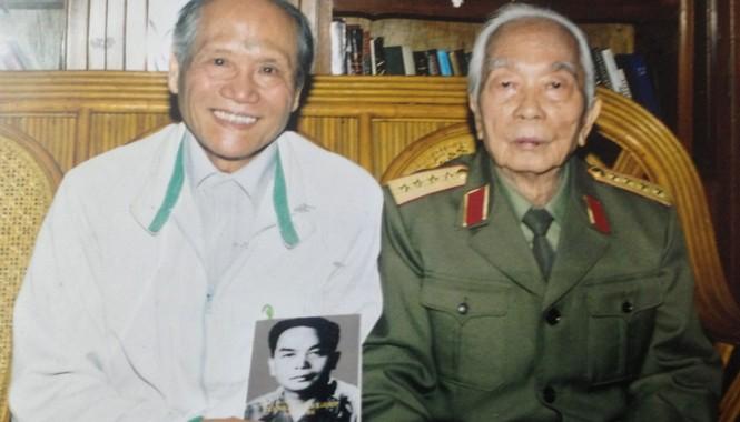 Trung tướng Hồng Cư và Đại tướng.