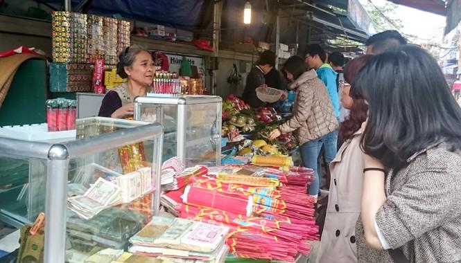 Tiền lẻ được bày trong tủ kính trước cổng vào phủ Tây Hồ, Hà Nội ngày 28/1. Ảnh: Như Ý.