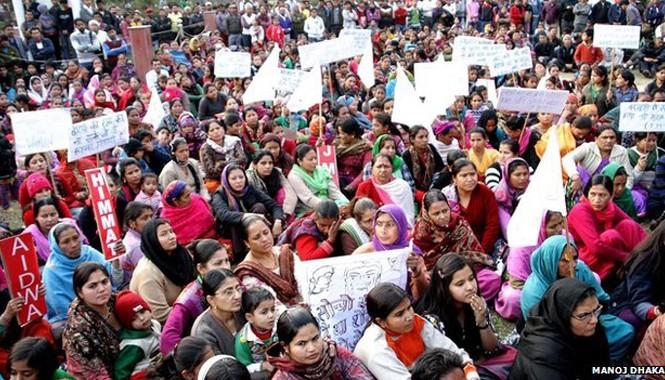 Người dân Ấn Độ biểu tình phản đối vụ hiếp dâm mới nhất. Ảnh: Manoj Dhaka.
