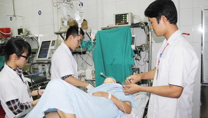 Bác sĩ đang cấp cứu cho bệnh nhân bị TNGT tại BV Việt Đức chiều mùng 5 Tết. Ảnh: T.Hà.