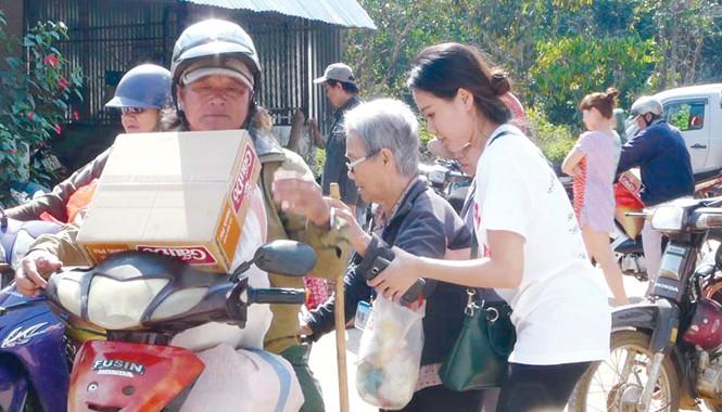 Bế Ngọc Kim Thảo (áo trắng) trong một chuyến đi thiện nguyện giúp đỡ các cụ già tại các mái ấm, nhà mở.